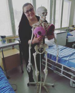 vapaaehtoisemme mira anatomisen luurangon kanssa